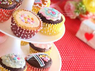 テーブルにバースデー ケーキのプレートの写真・画像素材[858770]