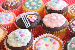 近くに誕生日ケーキをいくつかのトップのの写真・画像素材[858771]