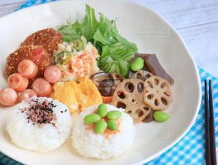テーブルの上に食べ物のプレートの写真・画像素材[874301]