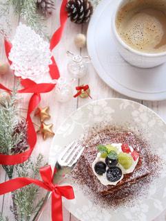 食品とコーヒーのカップのプレートの写真・画像素材[878441]