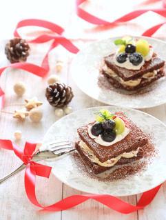 皿の上の大きなチョコレート ケーキの写真・画像素材[878444]