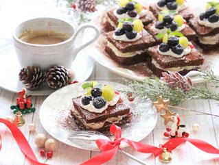 チョコレート ケーキ皿にたっぷりテーブルの写真・画像素材[879024]