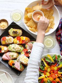 板の上に食べ物の束の写真・画像素材[915823]