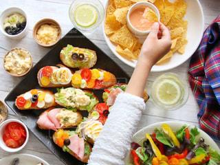 テーブルの上の皿の上に食べ物の束の写真・画像素材[915828]