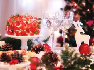 近くのテーブルに飾られたケーキのアップの写真・画像素材[916254]