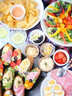 食品の完全なテーブルの写真・画像素材[916273]