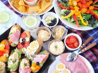 テーブルの上に座って食品の束の写真・画像素材[916274]
