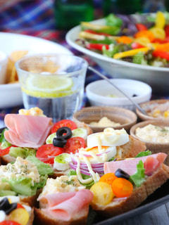 近くのテーブルの上に食べ物のプレートの写真・画像素材[916276]