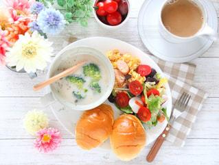テーブルの上に食べ物のボウルの写真・画像素材[916277]