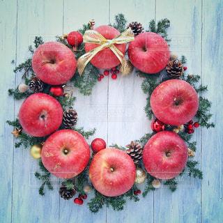 テーブルの上に座って赤いリンゴの写真・画像素材[926265]