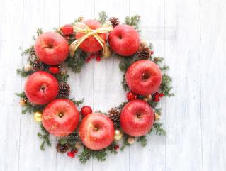 テーブルの上に座って赤いリンゴの写真・画像素材[927053]
