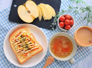 板の上に食べ物のボウルの写真・画像素材[962295]