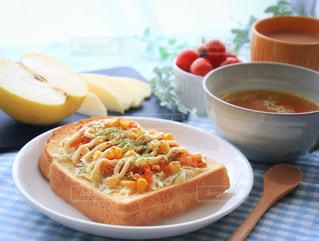テーブルの上に食べ物のプレートの写真・画像素材[962297]
