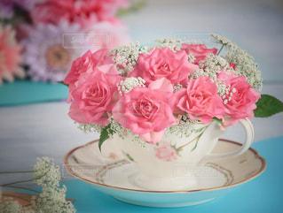 テーブルの上のピンクの花の写真・画像素材[984393]