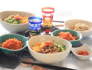 テーブルの上に食べ物のボウルの写真・画像素材[1004098]