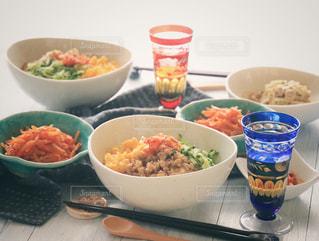 テーブルの上に食べ物のボウルの写真・画像素材[1004099]