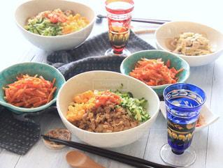 テーブルの上に食べ物のボウルの写真・画像素材[1004100]