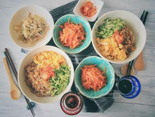 テーブルの上に食べ物の種類で満たされたボウルの写真・画像素材[1004101]