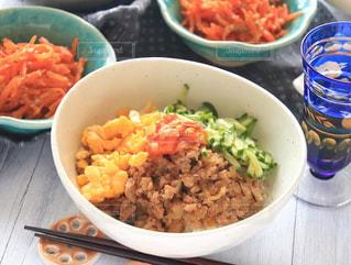 テーブルの上に食べ物の種類で満たされたボウルの写真・画像素材[1004102]