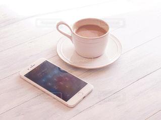 テーブルの上のコーヒー カップの写真・画像素材[1022731]