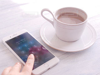 一杯のコーヒーを保持している人の写真・画像素材[1022732]