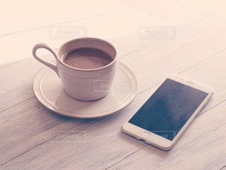テーブルの上のコーヒー カップの写真・画像素材[1022733]