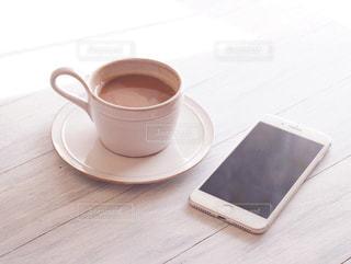 テーブルの上のコーヒー カップの写真・画像素材[1022734]