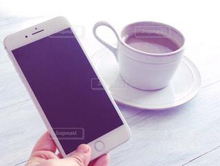 一杯のコーヒーを保持している人の写真・画像素材[1022735]