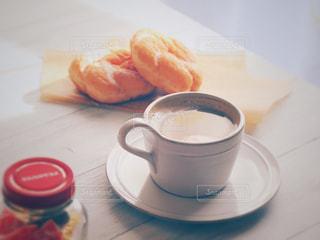 テーブルの上のコーヒー カップの写真・画像素材[1022782]