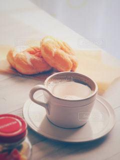 テーブルの上のコーヒー カップ - No.1022783