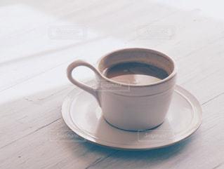 テーブルの上のコーヒー カップの写真・画像素材[1023265]