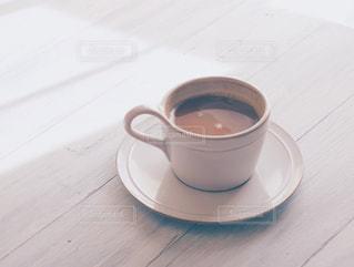 テーブルの上のコーヒー カップの写真・画像素材[1023266]