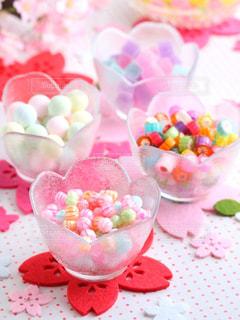 テーブルの上のピンクの花のグループの写真・画像素材[1031960]