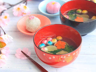 テーブルの上に食べ物のボウルの写真・画像素材[1032429]