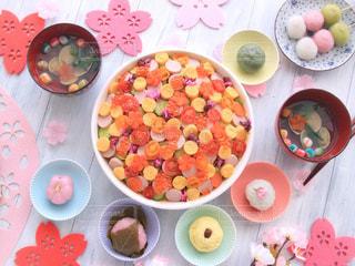 テーブルの上に食べ物のボウルの写真・画像素材[1032431]