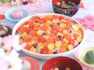 テーブルの上に食べ物のボウルの写真・画像素材[1032432]