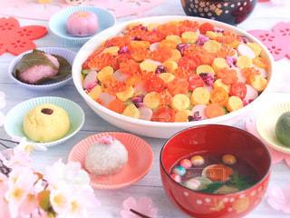 テーブルの上に食べ物のボウルの写真・画像素材[1032433]