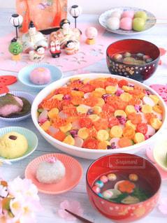 テーブルの上に食べ物のボウルの写真・画像素材[1032434]