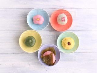 テーブルの上に食べ物の写真・画像素材[1032876]