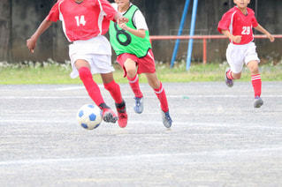サッカーのゲームの若い男性のグループの写真・画像素材[1051807]