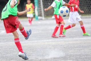 サッカーのゲームの若い男性のグループの写真・画像素材[1051808]