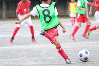 サッカーのゲームの若い男性のグループの写真・画像素材[1051809]