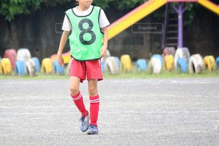 サッカー ボールを保持している若い女の子の写真・画像素材[1051810]