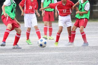 サッカーのゲームの若い男性のグループの写真・画像素材[1051813]