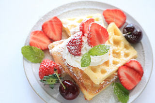 皿の上の果物とケーキのスライスの写真・画像素材[1146507]