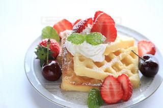 フルーツをのせた白いプレートのデザートの写真・画像素材[1146508]