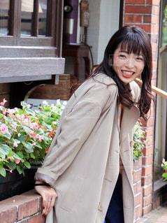 建物の前に立っている女性の写真・画像素材[1550258]