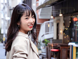 建物の前に立っている女性の写真・画像素材[1550259]