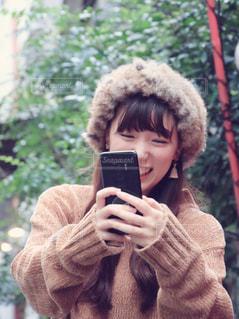 スマホで写真を撮る女性の写真・画像素材[1550261]
