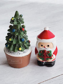 クリスマスの置物 サンタとツリーの写真・画像素材[1604969]